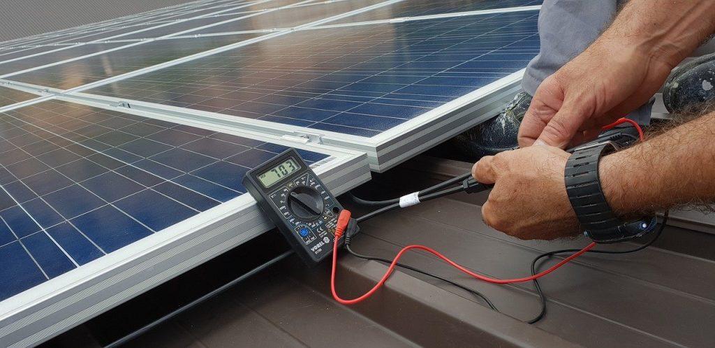 technicien test le fonctionnement du panneau photovoltaique