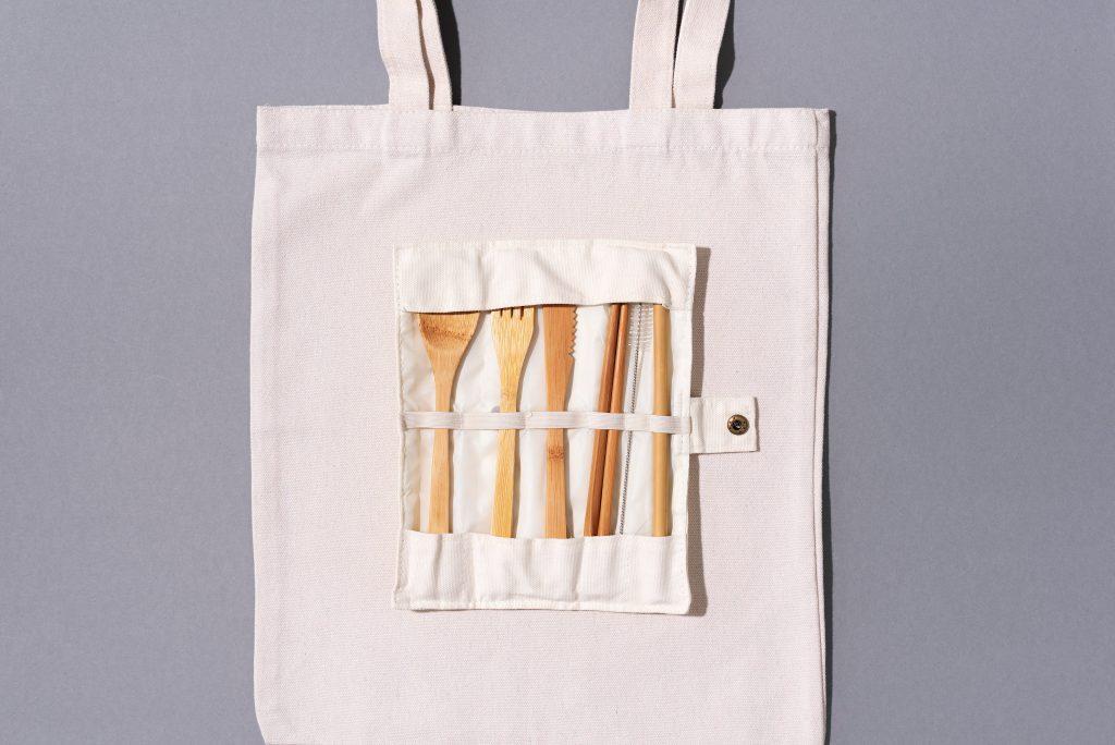 tote bag écologique et pochette de couvert en bambou
