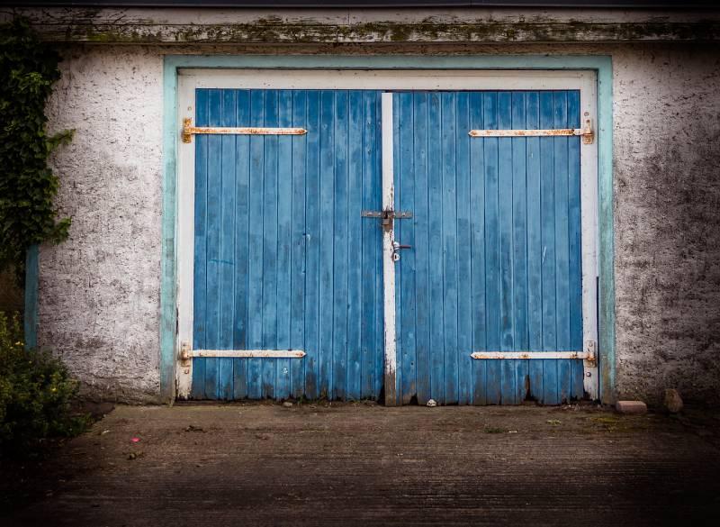 isoler une porte de garage en bois